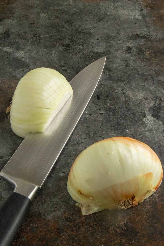 How to cut on onion halved, then to the root ball