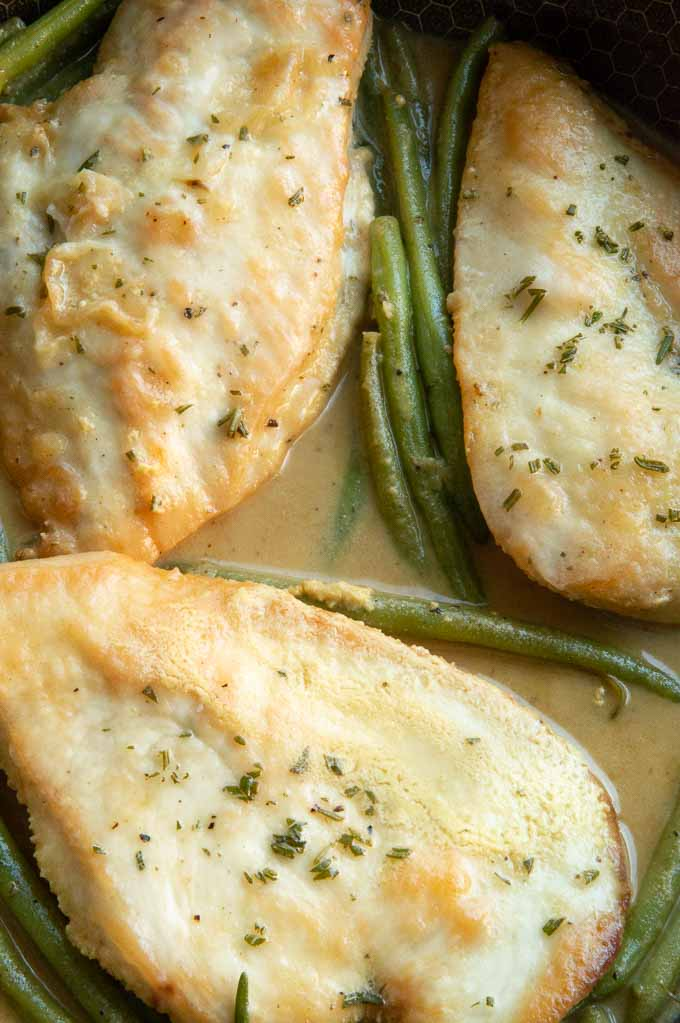 Skillet with chicken breast, green beans, mustard sauce